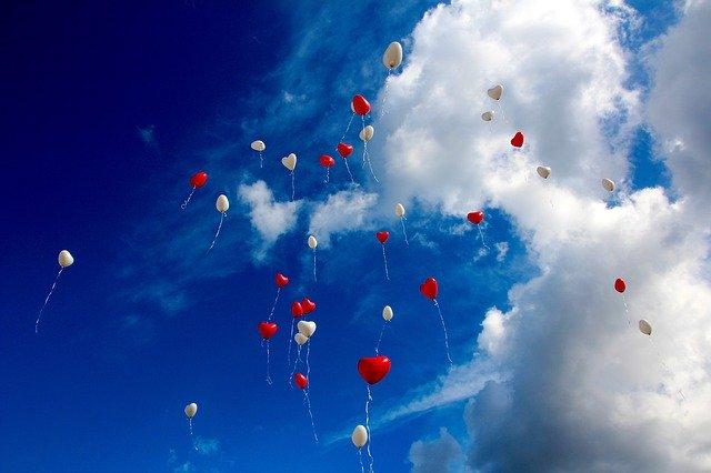 des ballons qui s'envolent dans le ciel