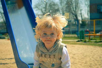 un enfant au parc de jeu