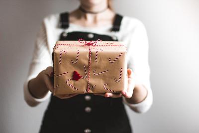 une femme offrant un soin énergétique en cadeau