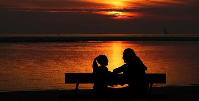Une femme parlant à sa fille au crépuscule