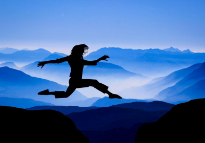 une femme faisant le grand saut pour se dépasser