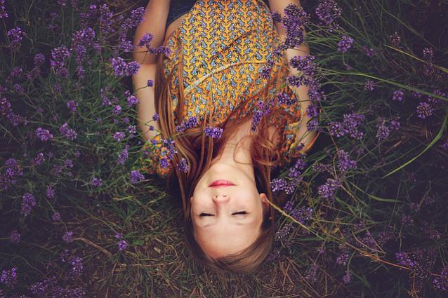une femme dans une relaxation profonde