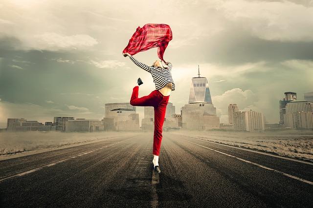Une femme heureuse danse sur la route