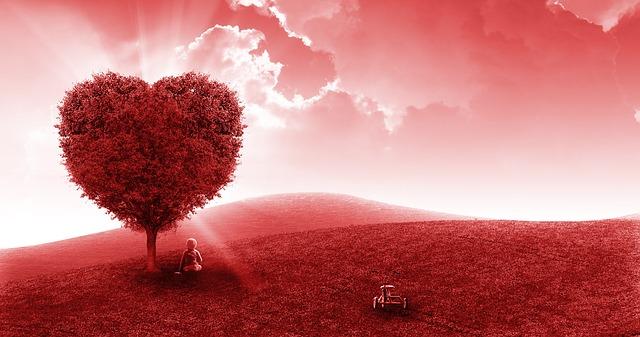 une femme sous un arbre en forme de coeur